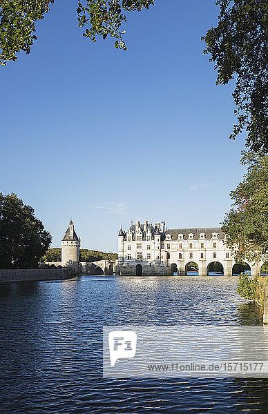 Frankreich  Centre-Val de Loire  Chenonceaux  klarer Himmel über dem Chateau de Chenonceau und dem Fluss Cher