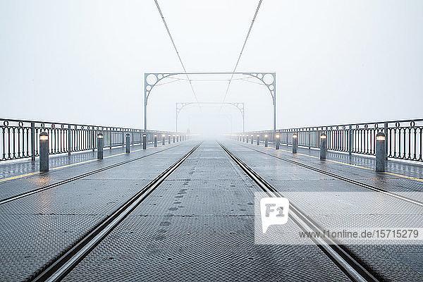 Portugal  Bezirk Porto  Porto  Leere Eisenbahnschienen über die Dom Luis I-Brücke bei nebligem Wetter