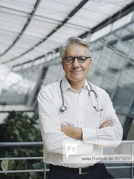 Porträt eines selbstbewussten Chefarztes