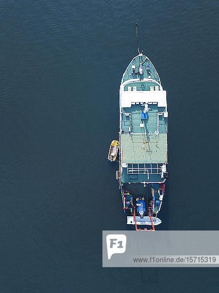 Indonesien  Bali  Serangan  Luftaufnahme eines im blauen Meerwasser schwimmenden Fischerbootes