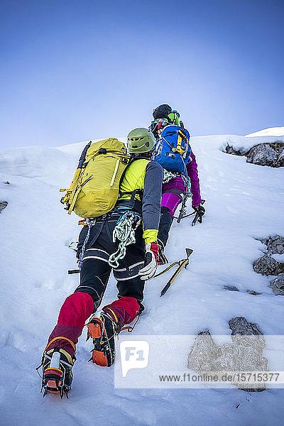 Alpinisten besteigen einen schneebedeckten Berg  Orobie Alps  Lecco  Italien