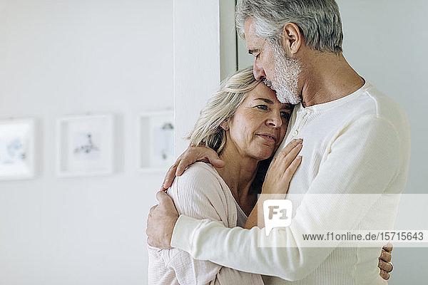 Zärtliches  reifes Paar  das sich zu Hause umarmt