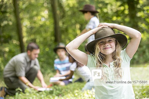 Kleine Pfadfinderin gewinnt mit ihrer Gruppe den Wald  Porträt