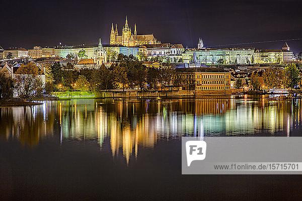 Tschechische Republik  Prag  Moldau  Prager Burg und umliegende Gebäude bei Nacht