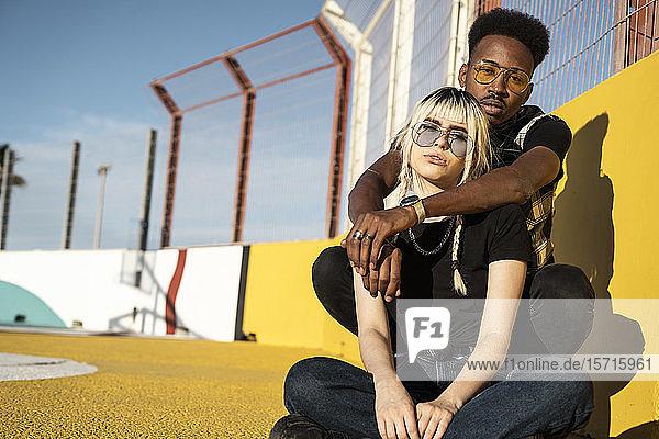 Porträt eines jungen Paares mit farbiger Sonnenbrille