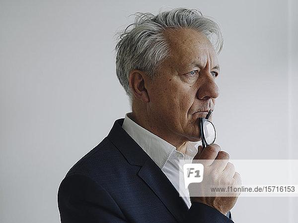 Porträt eines nachdenklichen Senior-Geschäftsmannes