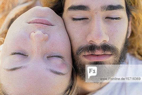 Junges Paar mit geschlossenen Augen  Kopf an Kopf  Nahaufnahme