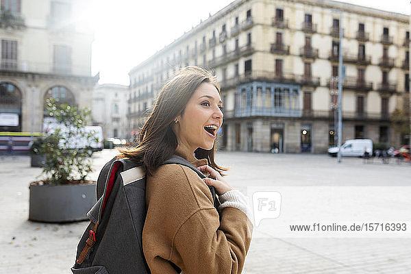 Glückliche junge Frau mit Rucksack in der Stadt  Barcelona  Spanien
