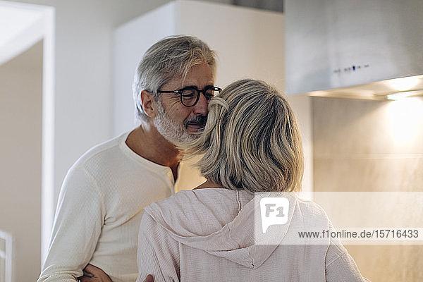 Liebevolles reifes Paar in der häuslichen Küche