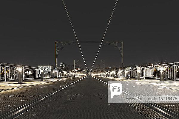Portugal  Bezirk Porto  Porto  Beleuchtete Eisenbahnstrecke über die Dom Luis I-Brücke bei Nacht