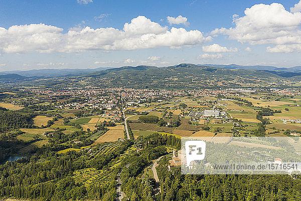 Italien  Provinz Perugia  Citta di Castello  Luftaufnahme der Sommerlandschaft mit der Stadt im Hintergrund