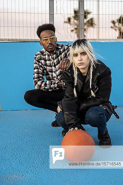 Junges Paar mit Basletball