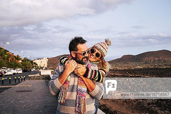 Reifes Paar umarmt sich  Teneriffa  Spanien