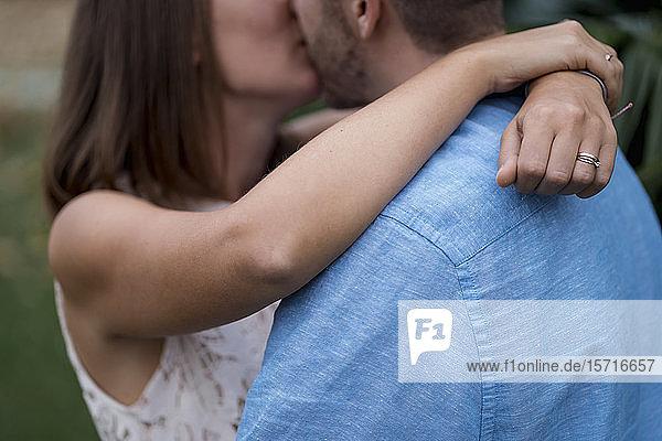 Verliebtes Paar küsst sich im Freien