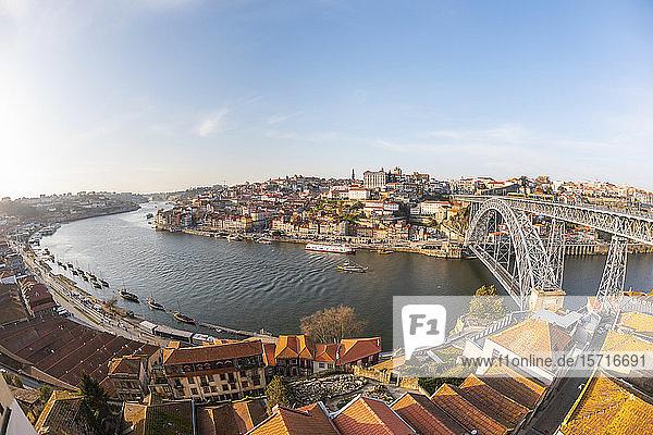 Portugal  Bezirk Porto  Porto  Himmel über den Stadtgebäuden um den Douro-Fluss und die Dom Luis I-Brücke