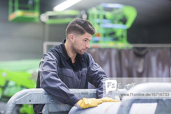 Facharbeiter  arbeitet in einer Fließbandwerkstatt