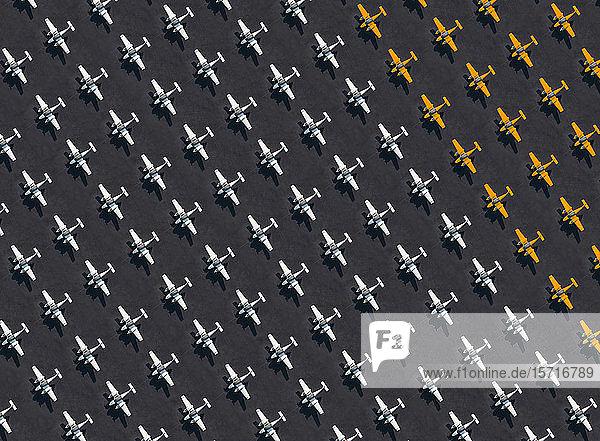 Luftaufnahme einer großen Anzahl von weiß und orangefarbenen Flugzeugen auf dem Flughafen