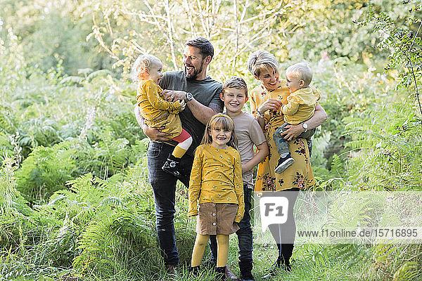 Porträt einer glücklichen Familie in der Natur