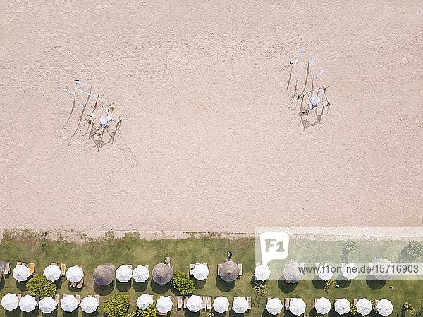 Indonesien  Bali  Nusa Dua  Luftaufnahme der Sonnenschirmreihen am Strand