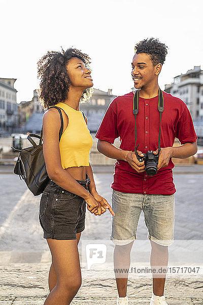 Glückliches junges Touristenpaar erkundet die Stadt  Florenz  Italien Glückliches junges Touristenpaar erkundet die Stadt, Florenz, Italien