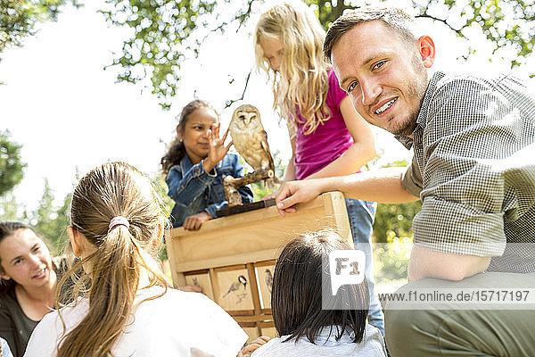 Schulkinder lernen über Vogelarten