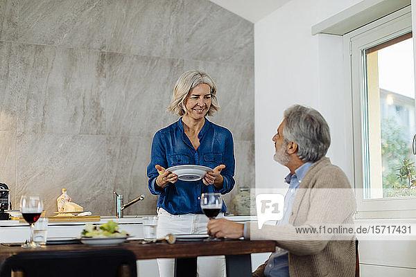 Reifes Paar beim Abendessen in der Küche zu Hause Reifes Paar beim Abendessen in der Küche zu Hause