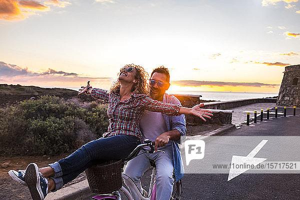 Lächelndes Paar auf dem Fahrrad  Teneriffa  Spanien