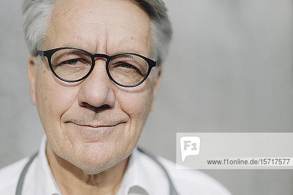 Porträt eines selbstbewussten älteren Mannes