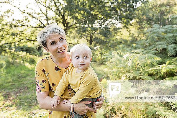 Porträt von Mutter und kleinem Sohn in der Natur