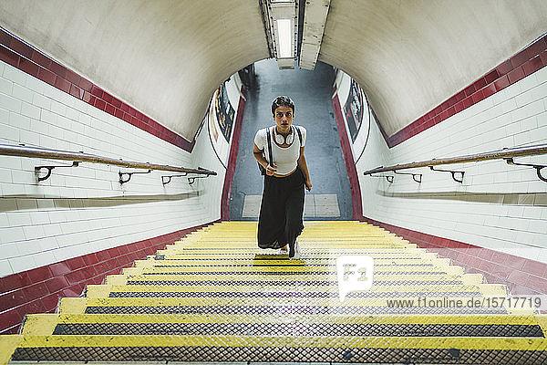 Frau verlässt U-Bahn-Station