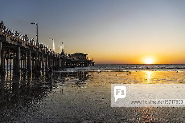 USA  Kalifornien  Santa Monica  Santa Monica Pier bei Sonnenuntergang