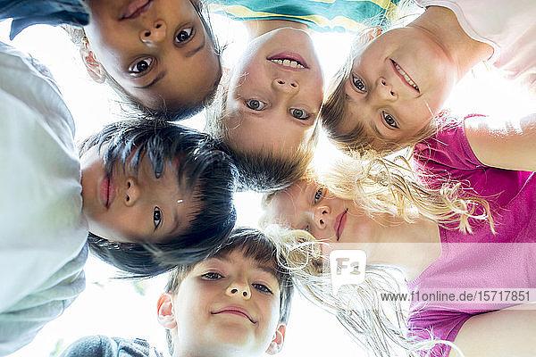 Gruppe von Kindern  Köpfe zusammenstecken  Blick nach oben
