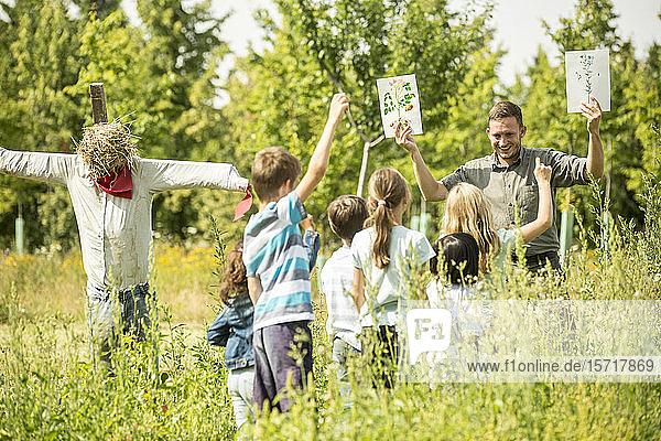 Schulkinder lernen  Pflanzen in der Natur zu erkennen