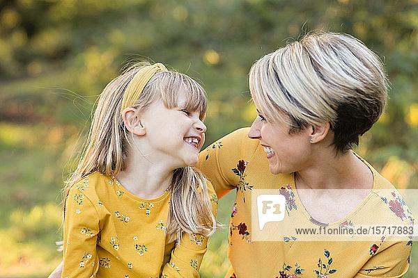 Mutter und kleine Tochter haben Spaß zusammen
