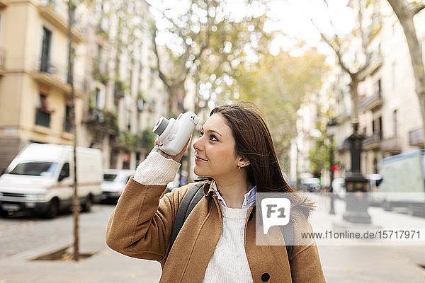 Junge Frau beim Fotografieren in der Stadt  Barcelona  Spanien
