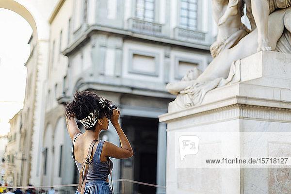 Junge Frau beim Fotografieren mit der Kamera  Florenz  Italien Junge Frau beim Fotografieren mit der Kamera, Florenz, Italien