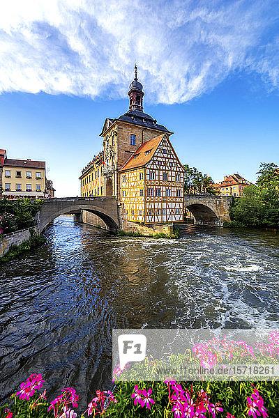 Deutschland  Bayern  Bamberg  Regnitz vor dem historischen Rathaus