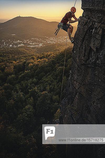 Mann klettert bei Sonnenuntergang am Battert-Felsen  Baden-Baden  Deutschland