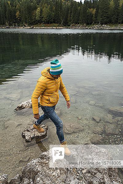 Wanderer auf Stein bei den Laghi di Fusine  Friaul-Julisch Venetien  Italien