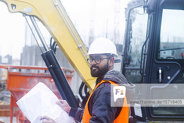 Bauingenieur auf der Baustelle mit Schutzhelm und Sicherheitsweste
