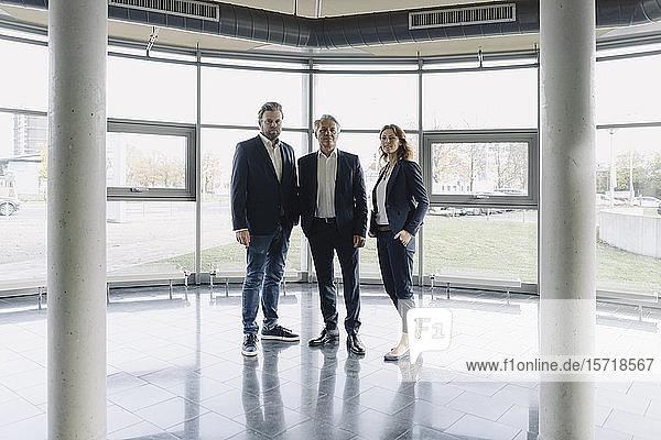 Porträt selbstbewusster Geschäftsleute in einem modernen Bürogebäude