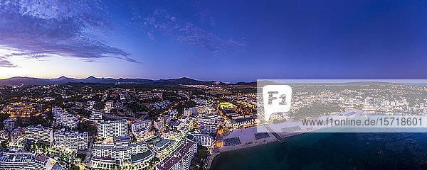 Spanien,  Balearen,  Mallorca,  Region Calvia,  Luftaufnahme über Costa de la Calma und Santa Ponca mit Hotels und Stränden bei Sonnenuntergang