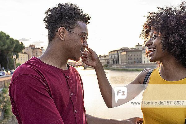 Glückliches junges Touristenpaar am Arno bei Sonnenuntergang  Florenz  Italien