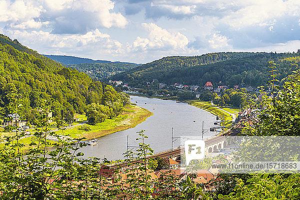 Deutschland  Sachsen  Königstein  Flussstadt und bewaldete Hügel des Elbtals