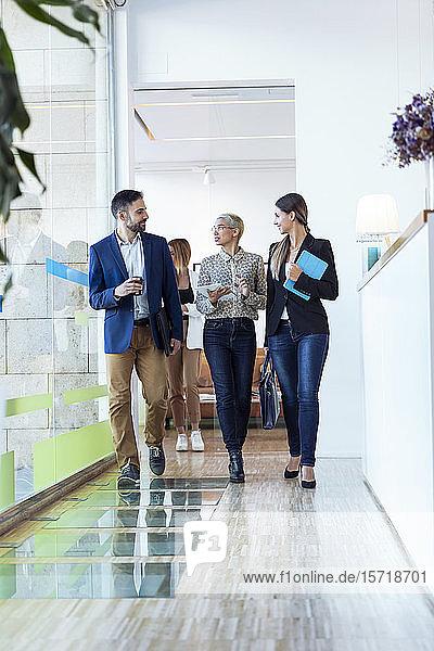 Geschäftsleute  die im Büro gehen und reden