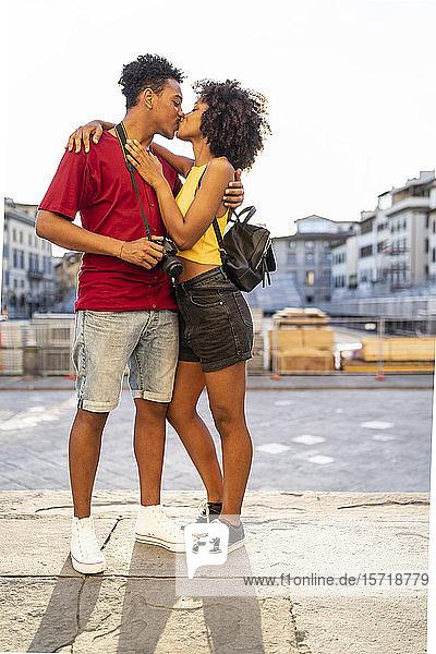 Junges Paar küsst sich in der Stadt  Florenz  Italien Junges Paar küsst sich in der Stadt, Florenz, Italien