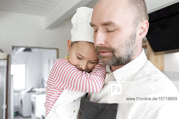 Vater und Tochter kochen in der Küche