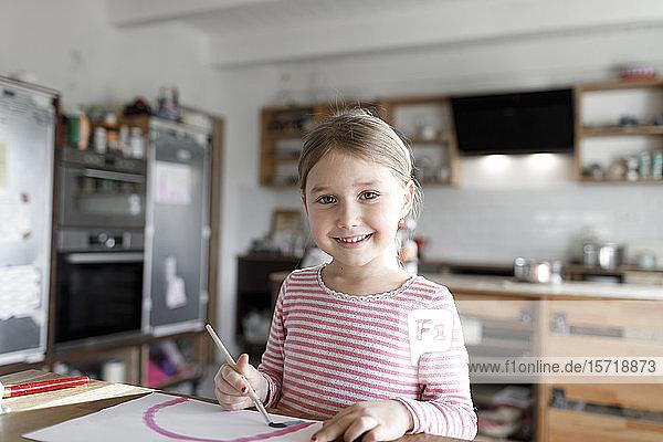 Porträt eines Mädchens  das zu Hause malt