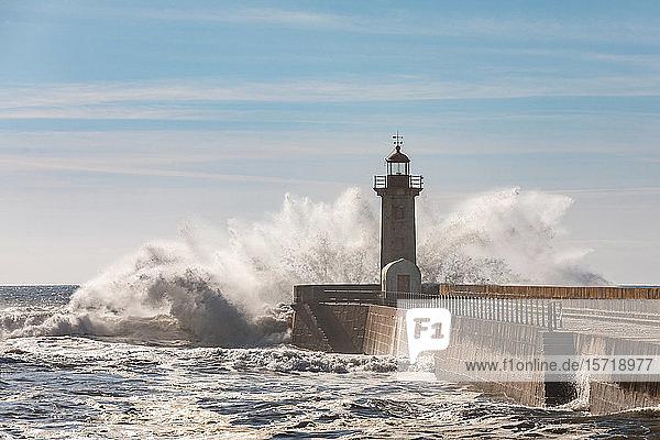 Portugal  Distrikt Porto  Porto  Plätschern der Wellen vor dem Leuchtturm von Felgueiras