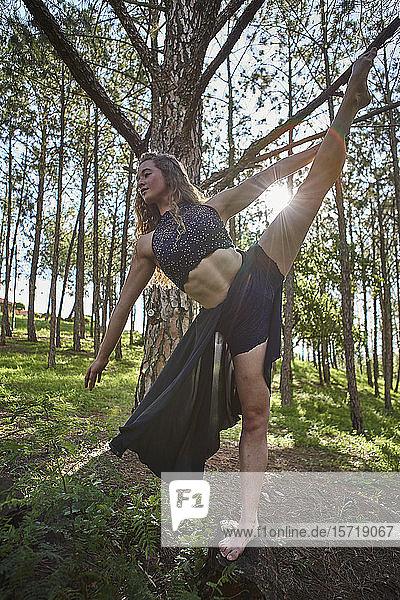 Junge Balletttänzerin übt sich in der Natur